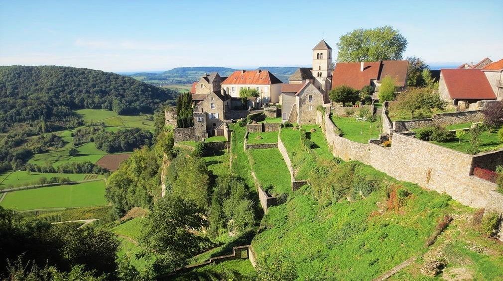 Château-Chalon est une commune française viticole du Jura en Bourgogne-Franche-Comté