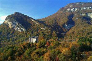 Le Château de Montvéran, à Culoz, ville d'arrivée de la Grande Traversée du Jura à VTT. Photo, par Delorme, sur Wikimedia Commons.