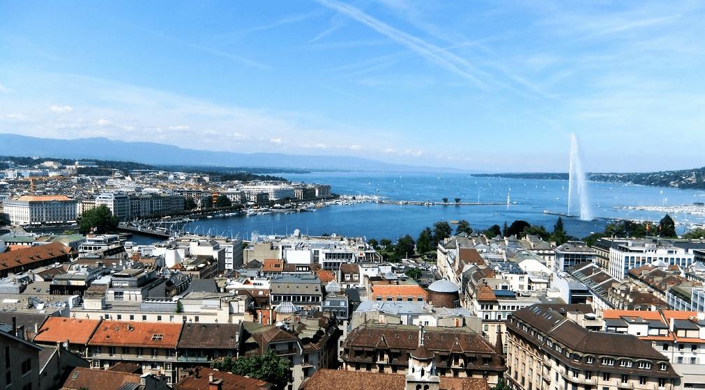 Genève (Suisse) est située à la pointe sud du lac Léman. Située entre le Jura et les Alpes, elle offre des points de vue sur le Mont-Blanc.