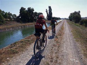 des amateurs de Gravel Bike ou vélo de Gravel lors d'une course espagnole