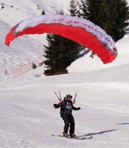 Le speed riding, activité alliant ski, voile, en plein hiver