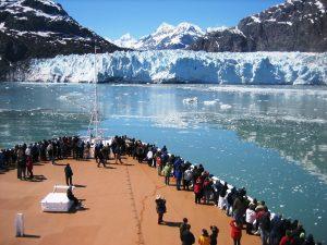 le tourisme de masse à proximité d'un glacier, article tourisme durable et éthique